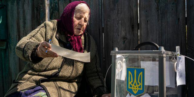 En kvinna i östra Ukraina lägger sin röst i söndagens presidentval. Evgeniy Maloletka / TT NYHETSBYRÅN