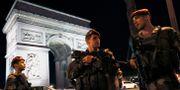 Franska soldater utanför Triumfbågen på Champs Élysées.  THOMAS SAMSON / AFP