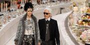Karl Lagerfeld med den brittiska modellen Stella Tennant. Remy de la Mauviniere / TT NYHETSBYRÅN/ NTB Scanpix
