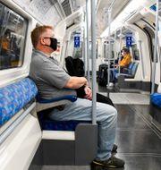 Resenär med munskydd i Londons tunnelbana. Alberto Pezzali / TT NYHETSBYRÅN