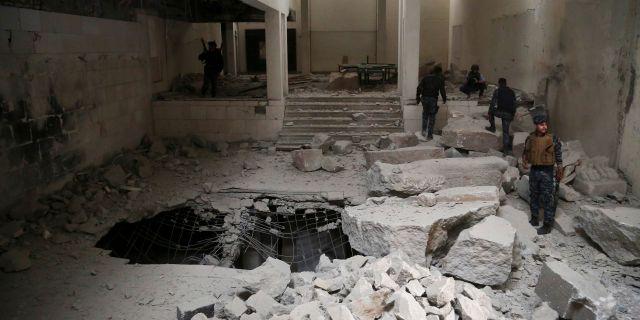 Irakiska poliser inspekterar ett museum i Mosul som förtörts av IS Khalid Mohammed / TT NYHETSBYRÅN