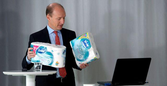 SCA:s vd Magnus Groth med hygienartiklar. Anders Wiklund / TT / TT NYHETSBYRÅN