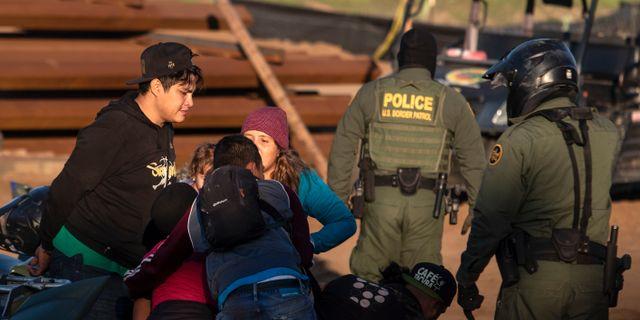 Illustrationsbild. Centralamerikanska migranter tas i förvar av gränsmyndigheterna, 13 december. GUILLERMO ARIAS / AFP