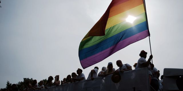 Prideparad skjuts upp efter hot