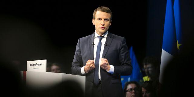 Emmanuel Macron håller sitt tal i den sista tv-sända debatten. David Vincent / TT / NTB Scanpix