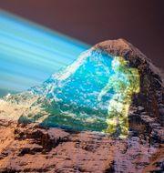 En schweizisk ljuskonstnär hyllar Perseverance Marsresa med en projektion på berget Eiger. VALENTIN FLAURAUD / TT NYHETSBYRÅN