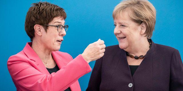 Annegret Kramp-Karrenbauer och Angela Merkel. Michael Kappeler / TT NYHETSBYRÅN