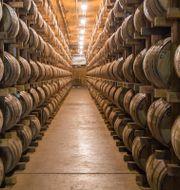 Illustrationsbild. Whiskeyfat på rad i ett destilleri i Tennesee, 2014.  Erik Schelzig / TT NYHETSBYRÅN