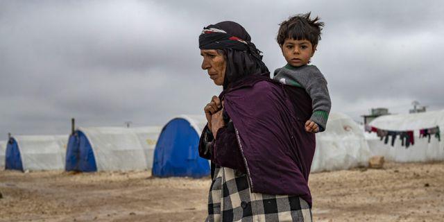Kvinna med barn i Syrien. DELIL SOULEIMAN / TT NYHETSBYRÅN