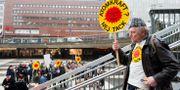 """På trettioårsdagen av kärnkraftsomröstningen demonstrerade anhängare till linje tre """"Atomkraft nej tack"""" på Sergels Torg i Stockholm. Tore Wolff på väg ner på plattan HENRIK MONTGOMERY / TT / TT NYHETSBYRÅN"""