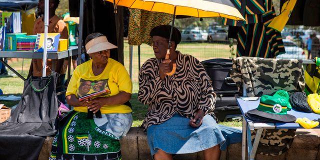 Kvinnor i Johannesburg säljer partimaterial intill kongresshallen. WIKUS DE WET / AFP