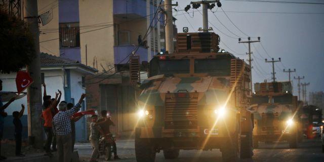 Turkiska militärfordon på väg över gränsen.  Lefteris Pitarakis / TT NYHETSBYRÅN