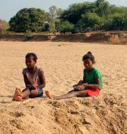 Två barn på en uttorkad flod i Fenoaivo, Madagaskar/Arkivbild Laetitia Bezain / TT NYHETSBYRÅN
