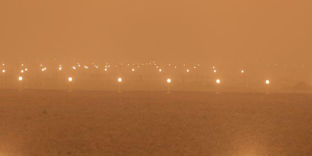 Flygplatsen är insvept i sand. BORJA SUAREZ / TT NYHETSBYRÅN