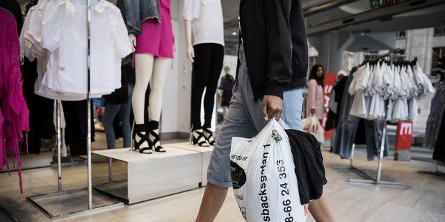 En kund återvinner i en H&M-butik.