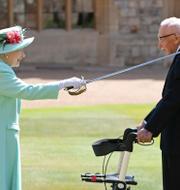 Drottning Elizabeth II och kapten Tom Moore. TT
