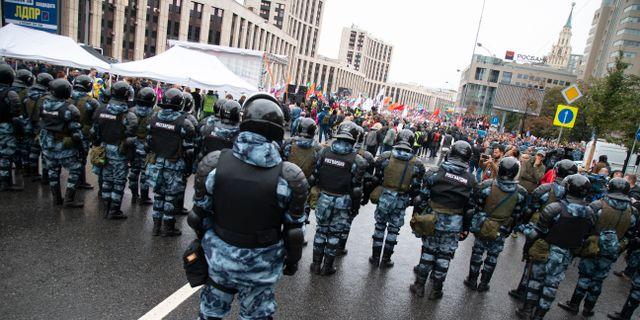 Polis blockerar väg under protesterna i Moskva den 10 augusti Alexander Zemlianichenko / TT NYHETSBYRÅN/ NTB Scanpix