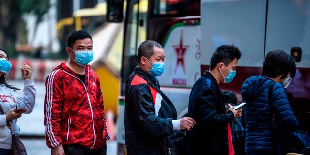 Människor runtom i Kina uppmanas att bära mask för att förhindra sprinding av det nya coronaviruset. Här syns turister i Macao i södra Kina. ANTHONY WALLACE / AFP/TT
