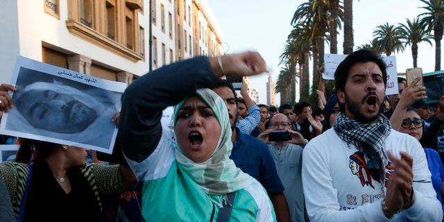 Demonstranter till stöd för fiskhandlaren Mouchine Fikri, som syns på fotot till vänster. Abdeljalil Bounhar / TT / NTB Scanpix