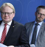 Hultqvist och Damberg på pressträffen.  Jessica Gow/TT / TT NYHETSBYRÅN
