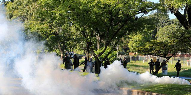 Polisen avfyrar tårgas mot demonstranter i Venezuela. Juan Carlos Hernandez / TT / NTB Scanpix
