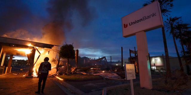 En bank brinner efter protester mot polisvåld i Kalifornien. Gregory Bull / TT NYHETSBYRÅN