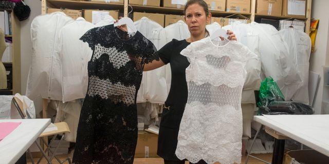 Designern Ida Sjöstedt med sin kopierade klänning. Någon har sålt kläder under hennes varumärke, med falska etiketter, på nätet. Det är det första kända fallet där en svensk designers kläder har piratkopierats, enligt polisen Leif R Jansson / TT / TT NYHETSBYRÅN