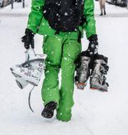 Skidåkare med pjäxor i handen.  Lars Pehrson/SvD/TT / TT NYHETSBYRÅN