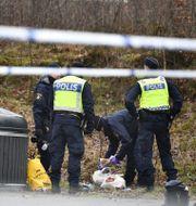 Poliser på platsen där kvinnan hittades. Björn Larsson Rosvall/TT / TT NYHETSBYRÅN