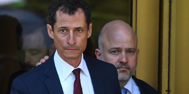 Anthony Weiner lämnar domstolen i New York på fredagen. TIMOTHY A. CLARY / AFP