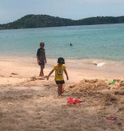 Barn leker på stranden i Phuket. Arkivbild.  Penny Wang / TT NYHETSBYRÅN