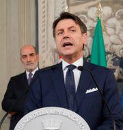 Italiens premiärminister Giuseppe Conte och landets president Sergio Mattarella bakom honom. CIRO DE LUCA / TT NYHETSBYRÅN