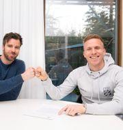 Göteborgs sportchef Pontus Farnerud skriver kontrakt med nyförvärvet Oscar Wendt DANIEL STILLER / BILDBYRÅN