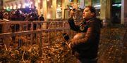 Journalist i Beirut tar bilder på förödelsen. ANWAR AMRO / AFP