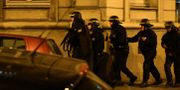 Poliser arbetar vid attentatsplatsen i centrala Paris. FRANCK FIFE / AFP