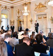 Mats Malm, Svenska Akademiens ständige sekreterare, tillkännager 2018 och 2019 års pristagare av Nobelpriset i litteratur. Karin Wesslén / TT / TT NYHETSBYRÅN