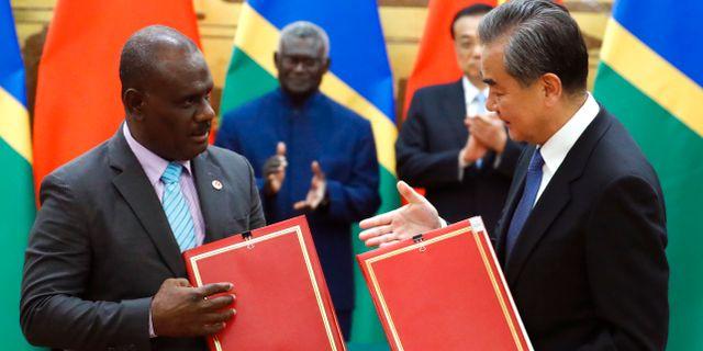 Solomonöarnas utrikesminister Jeremiah Manele och hans kinesiske kollega Wang Yi undertecknar ett avtal den 9 oktober. Thomas Peter / TT NYHETSBYRÅN