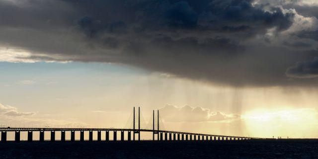 Arkivbild på ett mörkt regnmoln över Öresundsbron. Johan Nilsson/TT / TT NYHETSBYRÅN