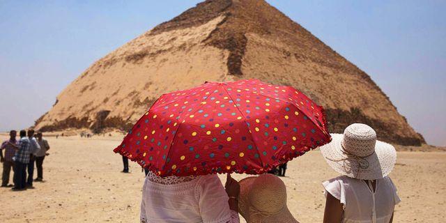 Böjda pyramiden skiljer sig från pyramiderna i Giza som har raka sidor. Maya Alleruzzo/AP/TT