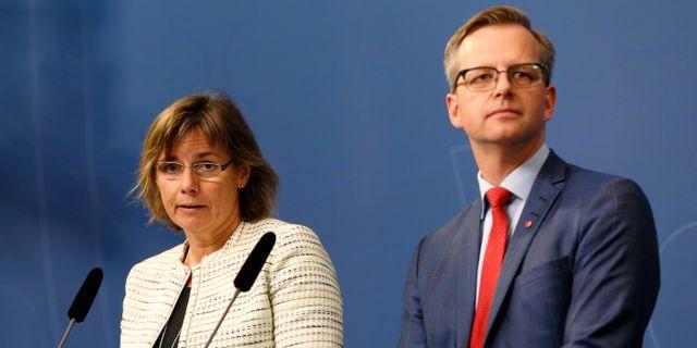 Arkivbild: Dåvarande biståndsminister Isabella Lövin (MP) och näringsminister Mikael Damberg (S) höll en presskonferens efter Vattenfalls försäljning av brunkolsverksamheten i juli 2016.  Johan Jeppsson/TT / TT NYHETSBYRÅN