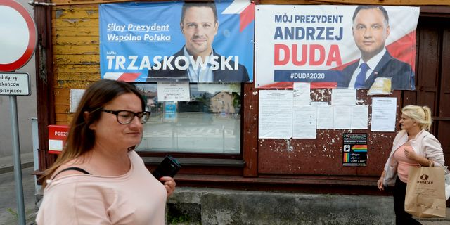 Affischer med presidentkandidaterna i Warszawa. Czarek Sokolowski / TT NYHETSBYRÅN