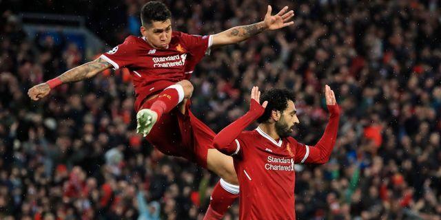 Roberto Firmino och Mohamed Salah väljer att fira Salahs 2–0-mål på lite olika sätt. Peter Byrne / TT / NTB Scanpix