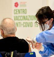 Arkivbild: En man vaccineras i Rom på påskadagen Mauro Scrobogna / TT NYHETSBYRÅN