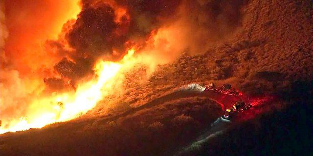 Bilder från KTLA-TV visar en brand nära Santa Paula i Kalifornien, USA. TT NYHETSBYRÅN
