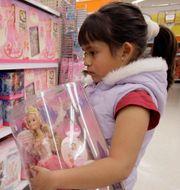 Flicka tittar på Mattels barbiedockor. Illustrationsbild. Nick Ut / TT NYHETSBYRÅN