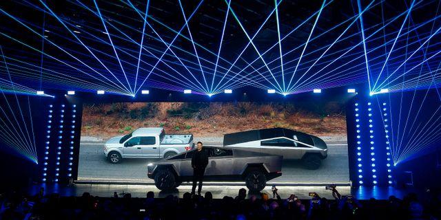 Elon Musk vid lanseringen av Teslas elpickup Cybertruck tidigare i veckan.  Ringo H.W. Chiu / TT NYHETSBYRÅN