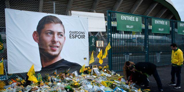 Den försvunne och förmodat förolyckade fotbollsspelaren Emiliano Sala hyllas av supportrar i Nantes, klubben han lämnade för att spela för Cardiff. Thibalt Camus / TT NYHETSBYRÅN/ NTB Scanpix
