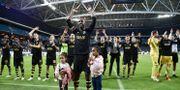 Henok Goitom och de övriga AIK-spelarna tackar fansen efter 3-1 vinsten. Stina Stjernkvist/TT / TT NYHETSBYRÅN