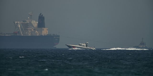 Kustbevakningen vaktar oljefartyg utanför Förenade arabemiratens kust.  TT
