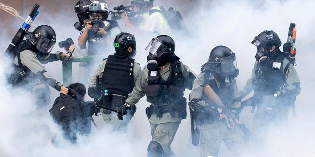 Arkivbild: Poliser under demonstrationer i Hongkong förra veckan.  Ng Han Guan / TT NYHETSBYRÅN